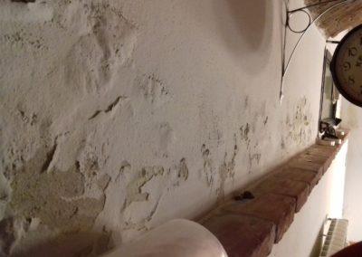 Muro scrostato dall'umidità di risalita