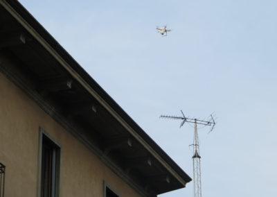Il drone in volo sul tetto dell'edificio